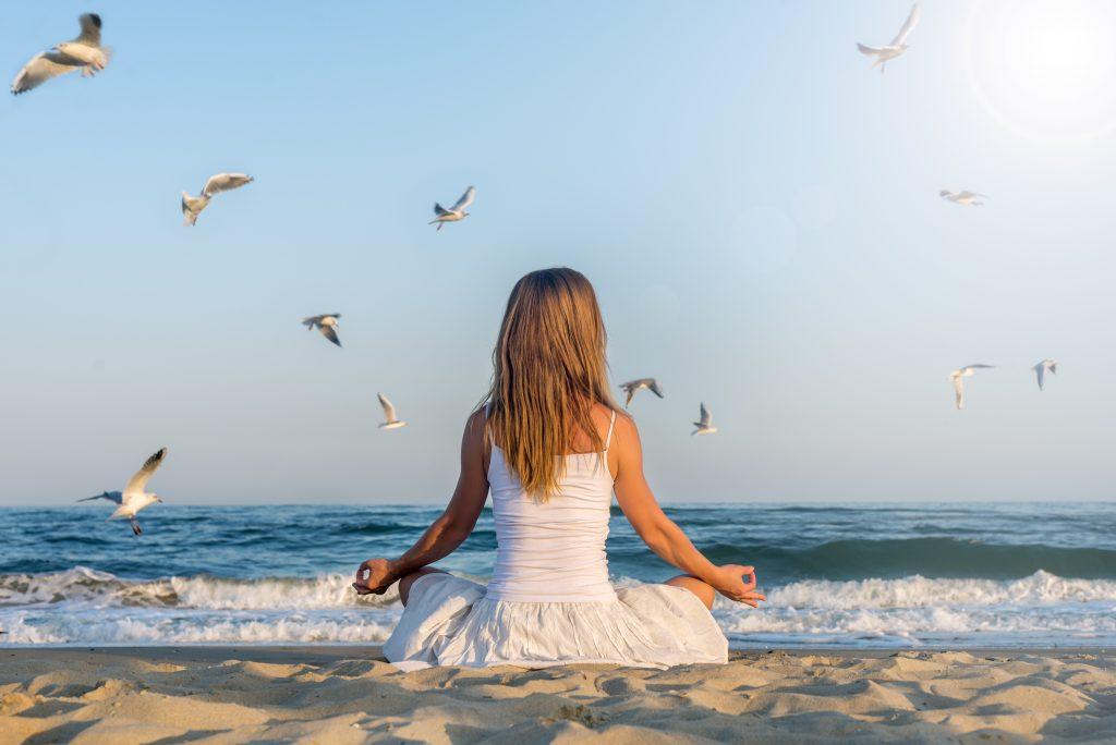 yoga e meditazione in riva al mare
